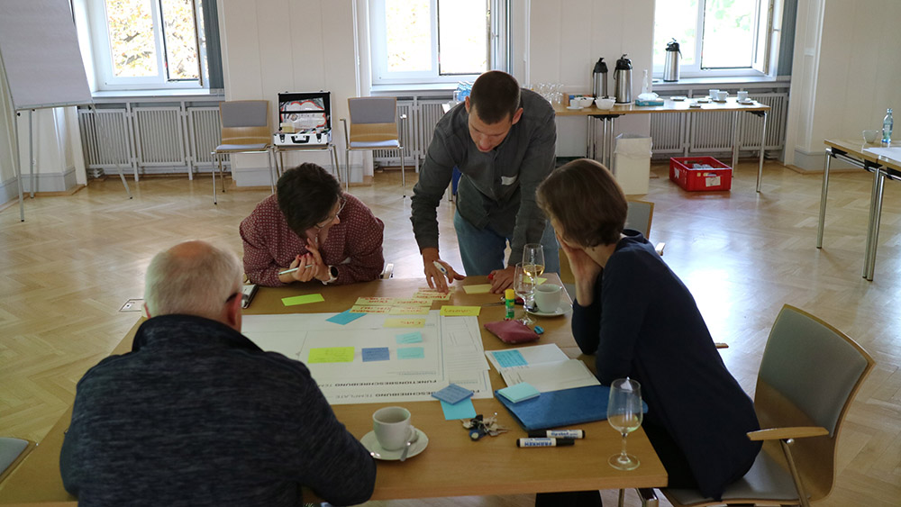 "Konzeptdiskussion der Workshopteilnehmer beim Workshop ""Define"" des Material Demo Lab (MDL)."